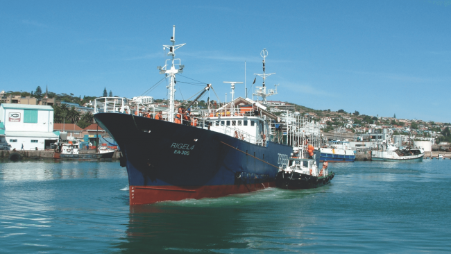 picture of the RIGEL 4 EA 305 fishing boat leaving the dock